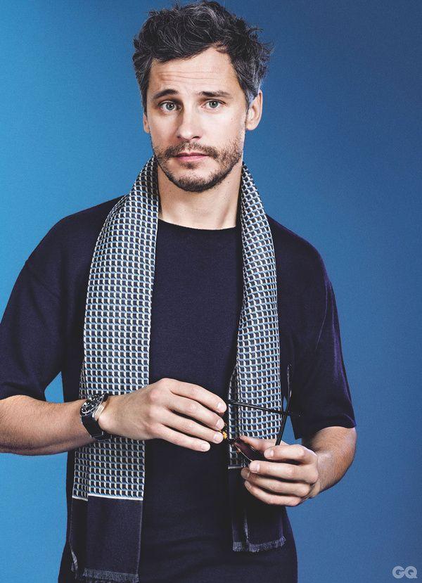 Comment porter le bleu en 10 lecons Foulard Façonnable, 95€ T-shirt Ermenegildo Zegna, 990€ Lunettes Ray-Ban, 143€ Montre Tudor, 2530€
