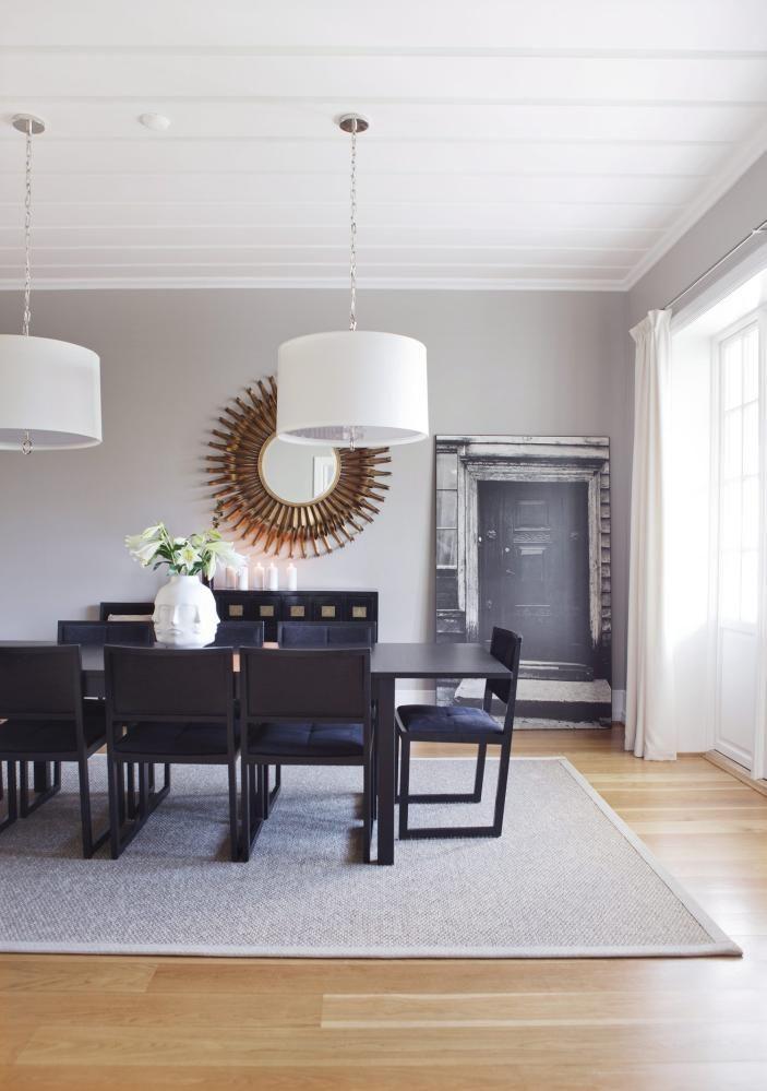 LYS SPISESTUE: Over spisebordet fra Ikeahenger to taklamper fra JonathanAdler, stolene heter Zisa og erfra Andreu World. Vase fraJonathan Adlers serie Muse.  Veggfargen er10342 Kalkgrå fra Jotun Lady.Styling: Tone Kroken.