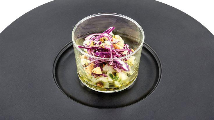 """""""Pesto di cavolfiore e olive nere dolci, cavolo rosso e mandorle"""" di Emanuela Tommolini, chef specializzata in cucina naturale e vegetariana  #food #vegan #lamadia"""