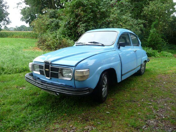 Saab - 96GL V4- 1977  Leuke Saab 96 bouwjaar 1977 met originele V4 motor stuurschakeling. Afgelezen tellerstand: 31.699 km Kleur: blauw originele kleur. Zeer goede basis om hier weer een leuke klassieker van te maken. Hierbij enige punten : De koppeling werkt momenteel niet dus is de auto niet rijdbaar. En natuurlijk heeft deze 40 jaar oude auto enige roest zie de fotos. Substantieel is hij prima naar wens kunnen originele chromen Saab 96 wieldoppen worden meegeleverd. De bestuurdersstoel is…