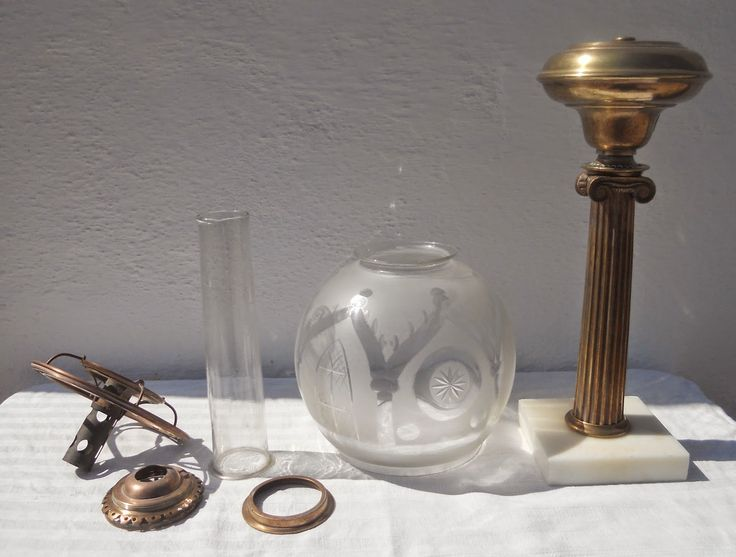 Candeeiro a óleo vegetal do tipo Solar, marcados Cornelius & C.º, Philad., Patent, April 1.st 1843. Este tipo de candeeiros esteve em voga até meados do século XIX. As peças desmontadas e os vidros são originais.  Colecção António Cota