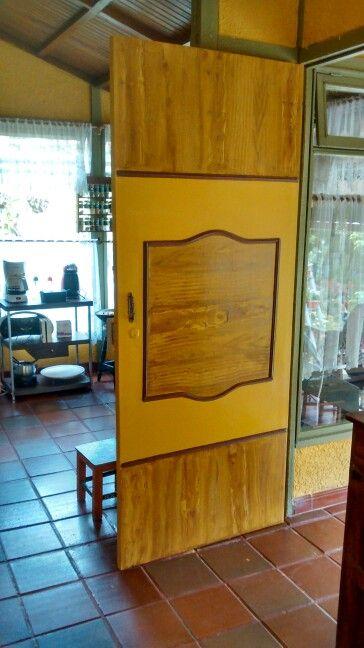Puerta de madera pintada en vinilo y vetas de madera hechas a mano con esmalte.
