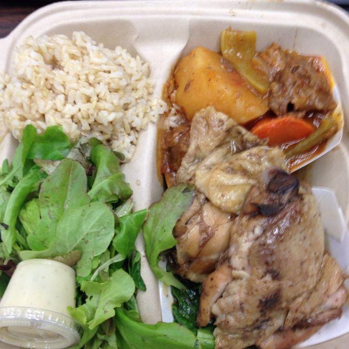ハワイは日系人やアジア人がたくさん住んでいることもあり、食べ物に関してはアメリカなのに、お米をよくたべたりと、日本人の口にも合うグルメがたくさんあります。ワイキキのレストランなんかにディナーに行くと、チップも入れてふたりで$100なんて当たり前のハワイですが、$10で食べられる安くておいしいグルメもいろいろありますよ。今回は私がおすすめするオアフ島のB級グルメをランキングでご紹介します!