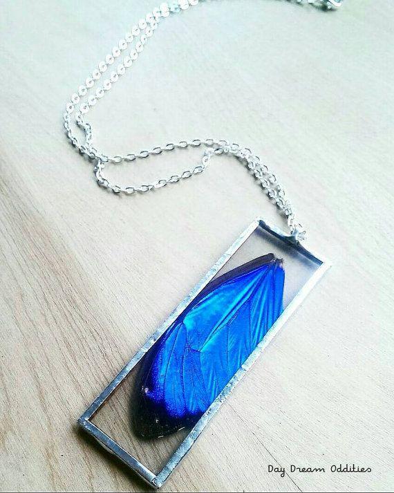 Aquí tengo un collar hecho con el superior ala de una mariposa Real morfo azul (Morpho Menelao). Este colgante es uno de una clase y reversible