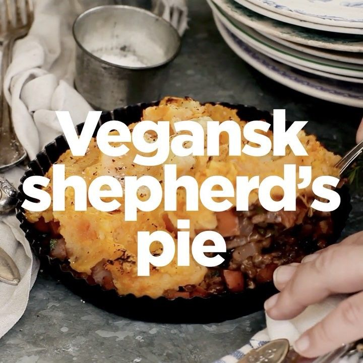 Shepherds pie RECEPT: en paj med lock av gratinerat potatismos, vanligtvis med köttfärs i – Mos:⠀ 500g potatis⠀ 500g sötpotatis⠀ 25g smör/margarin⠀ Salt⠀ Svartpeppar ••• Köttfärssås/Gryta:⠀ 1 gul lök⠀ 2 vitlöksklyftor⠀ 150g champinjoner⠀ 2 morötter⠀ 100g rotselleri⠀ 1 dl rödvin⠀ 1 dl grönsaksbuljong⠀ 1,5 msk tomatpuré⠀ 1 tetra linser⠀ 0,5 dl grädde⠀ Knippe persilja⠀ Salt⠀ Svartpeppar