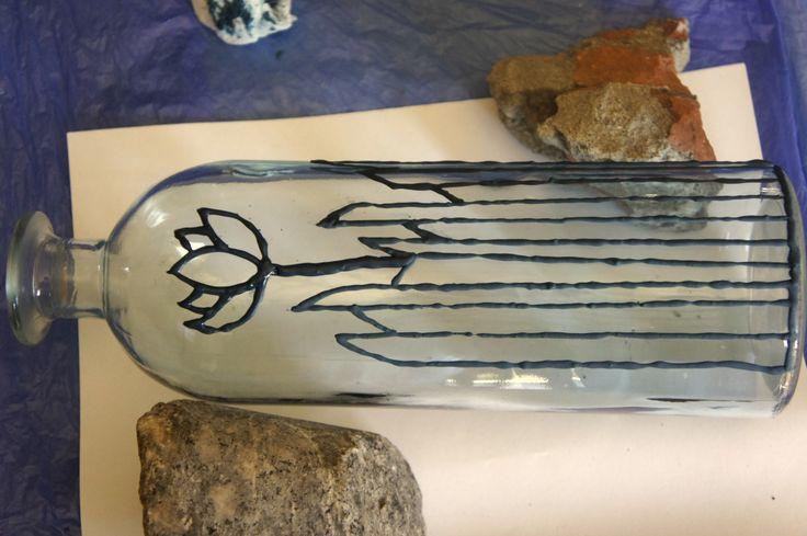 Pintura sobre botella de vidrio. Pasta relieve con mezcla de cemento y esmalte sintético