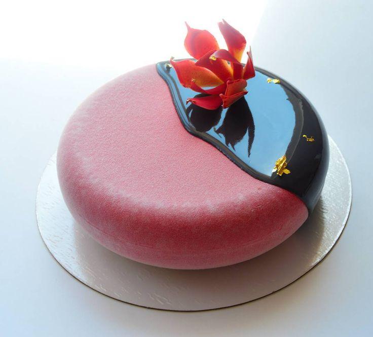 """С утра проснулась и вместо моих 500 подписок, очень нужных, интересных, друзей, знакомых...у меня просто НОЛЬ!!! Один добрый человек постарался 😂😂 так что если я к вам постучусь снова, надеюсь вы меня примите 😘 вот сижу наверстываю уже 150 есть 😇  На фото торт немного в инее, а так он красный такой же как цветок, просто срочный """"торт за час"""" 😊"""