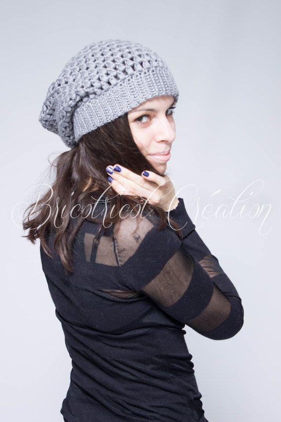 """Tuque """"slouchy"""" de couleur grise pour femme ou homme fait au crochet. Prête à partir!"""