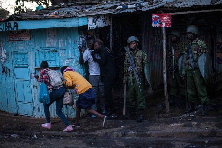 Los residentes de Kibera corren para ponerse a cubierto mientras la policía antidisturbios de Kenia choca con los simpatizantes de la oposición Nacional de Kenia (NASA), que se manifiesta tras el anuncio de los resultados de las elecciones presidenciales que se volvieron a celebrar el 30 de octubre de 2017.