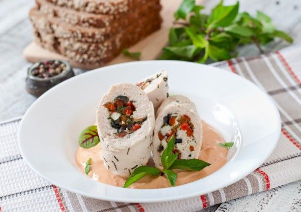 Куриные рулетики с болгарским перцем и маслинами, ссылка на рецепт - https://recase.org/kurinye-ruletiki-s-bolgarskim-pertsem-i-maslinami/  #Птица #блюдо #кухня #пища #рецепты #кулинария #еда #блюда #food #cook