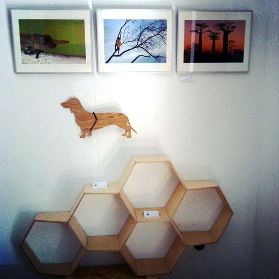 ['galəri] presenta en exclusiva una selección de fotografías de Esther Almagro y varios diseños de Ángel Labayru: la estantería de celdas hexagonales y el reloj Teckel.