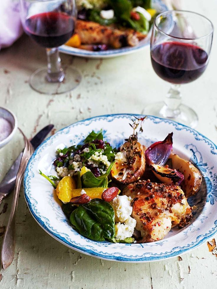 Kyckling som bakas i ugn med kryddor, rödlök, vin och jordärtskockor, mums!