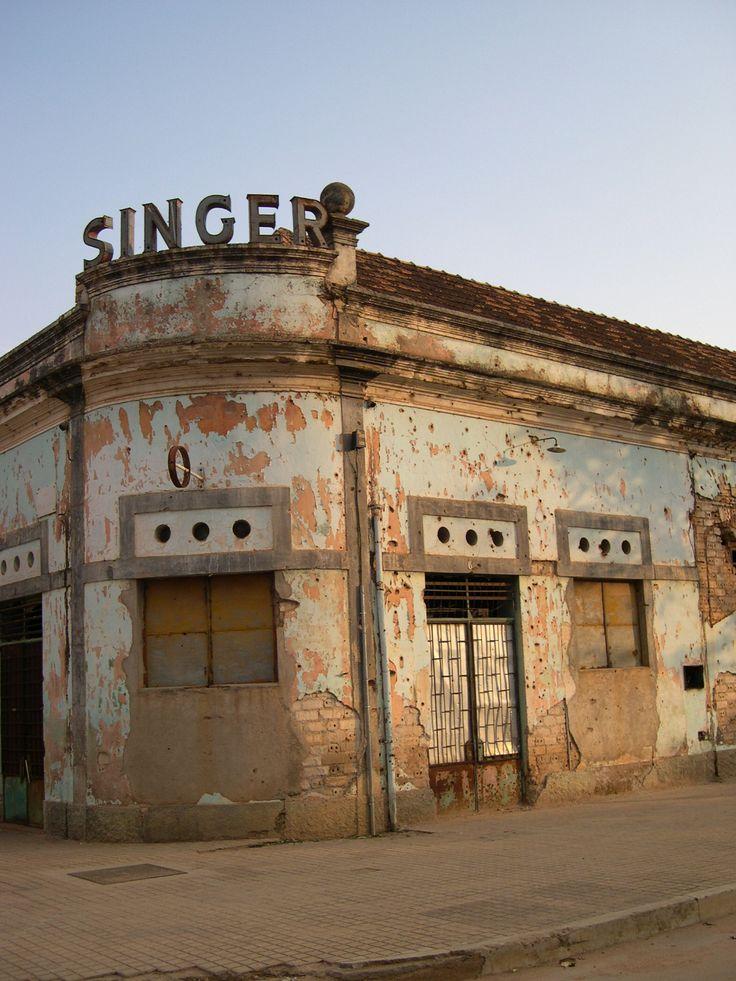 """Huambo, conocido durante la época colonial portuguesa como """"Nova Lisboa,"""" está cerca del punto muerto de Angola. Durante la guerra del país por la independencia (1961-1974) y la guerra civil (1975-2002), fue casi arrasada como líneas de batalla barridos hacia atrás y adelante."""