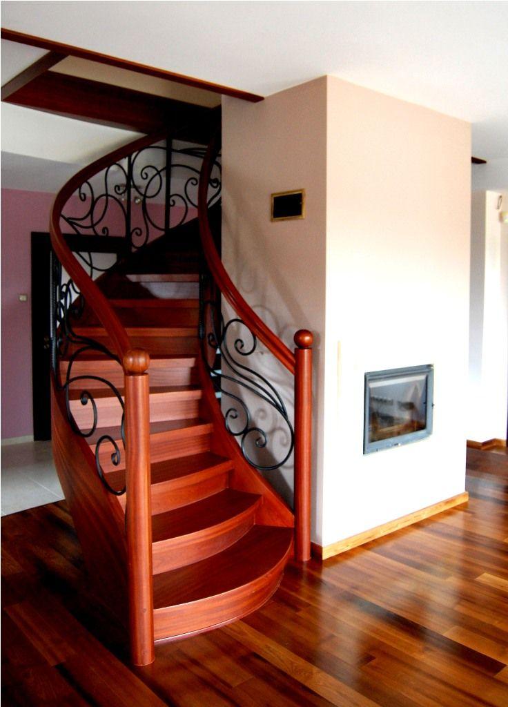 schody jednozabiegowe marki Prudlik odcień ciemny za zdobieniami na poręczach