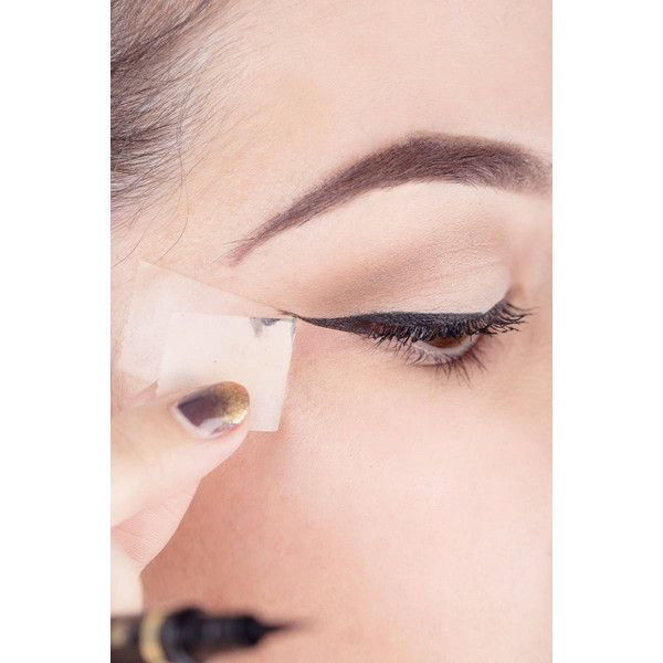 Winged eyeliner in vijf simpele stappen ❤ liked on Polyvore
