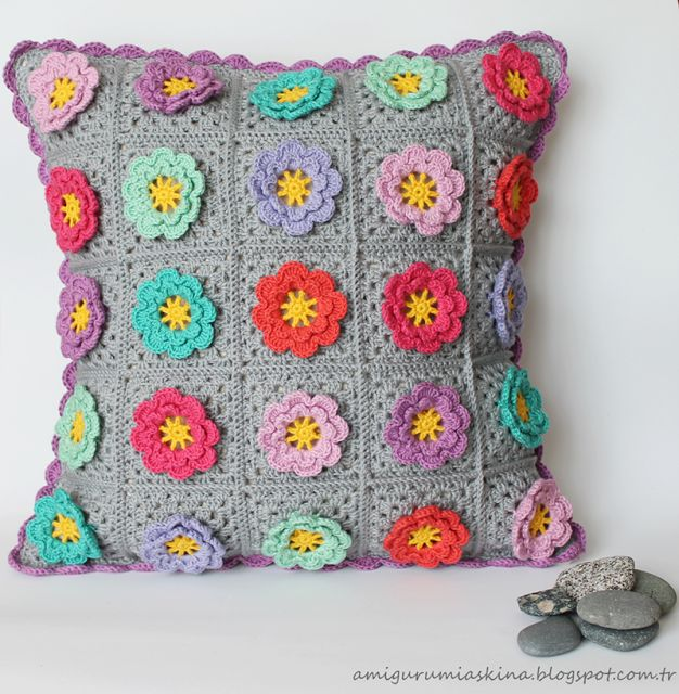 Çiçek Motifli Gri Kırlent- Flower Granny Square Pillow