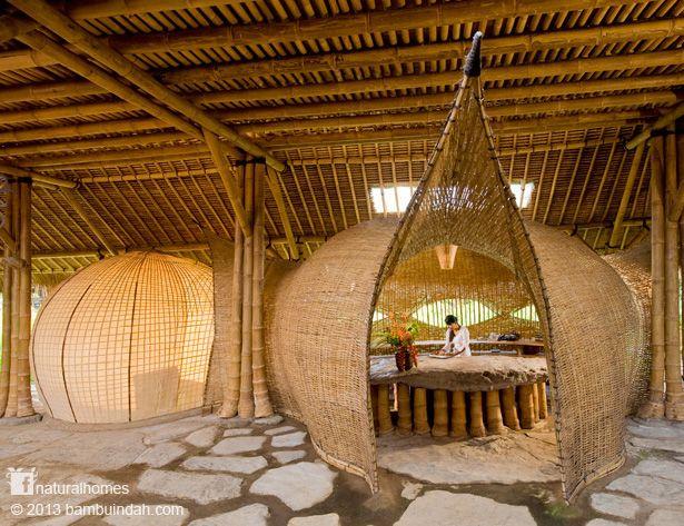 Estas capsulas con forma de erizo de mar son la biblioteca y la recepción en el complejo hotelero Bambu Indah, Bali y son un testimonio de la flexibilidad y la fuerza del bambú. El bambú es una gramínea que crece con una rapidez increíble. En www.naturalhomes.org/es/homes/bambuindah.htm podrás disfrutar de un video-secuencia sobre el cultivo de bambú.