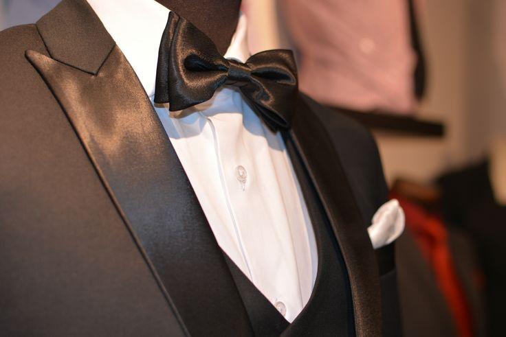 Peak lapel three piece tuxedo. Stylish classic #smokki #puvut #miesten puvut #pukeutuminen