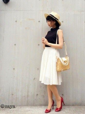 黒のハイネックはノースリーブで、白いスカートを合わせれば、とても大人っぽく仕上がります!フェミニンなコーデはデートスタイルにもGood♡