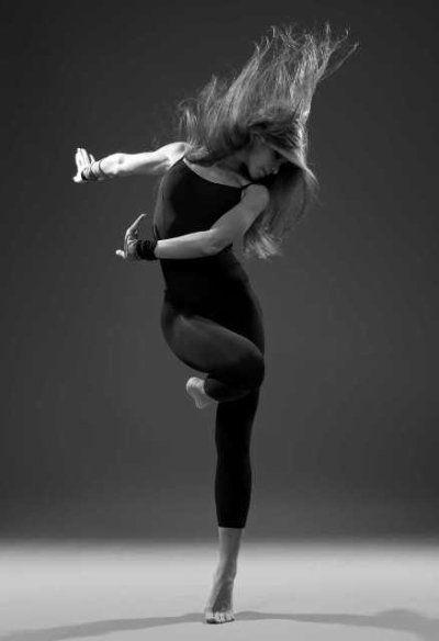 Danser, comme d'autres formes d'art, c'est un langage universel qui permet de s'exprimer, de partager, de transmettre, de vibrer sans que la barrière de la langue n'empêche la transmission du message que l'on veut faire passer. En gros la danse c'est ma vie