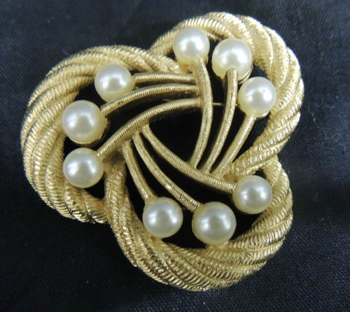 Vintage SIGNED Designer Brooch Pin Gold Trifari TExture Pearl Wedding Bouquet