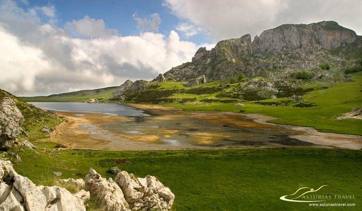 Asturias Travel te ofrece fotos de Asturias, esta es de uno de los lagos de Covadonga, el Ercina. Esta foto  fue tomada durante una fuga de agua producida por la rotura de un pequeño muro de contención. http://www.asturiastravel.com