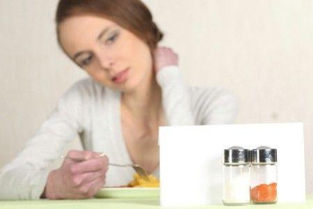 Женщина смотрит на соль: бессолевая диета для беременных препятствует возникновению отеков.