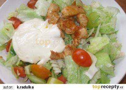 Těstovinový salát s kuř. masem a jednoduchým česnekovým dresingem recept - TopRecepty.cz