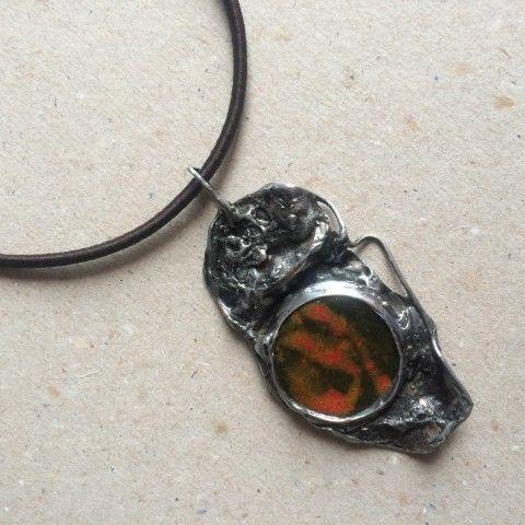 Náhrdelník cín keramika Pomačkaný červená šperk náhrdelník přívěsek originální keramika černá patina autorský výrazné cínování netradiční magické keramický šperk
