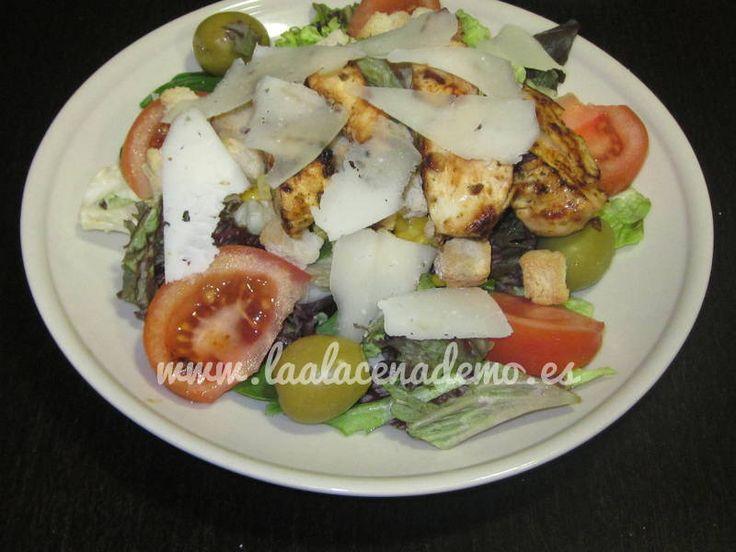Ensalada de pollo marinado fácil, rápida y ligera. Pollo cocinado en su jugo y marinado con un aliño muy sabroso.
