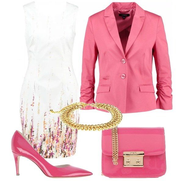 Tubino bianco con apertura sulla schiena, giacca in cotone con due bottoni e taschine, décolleté rosa lucide, tracollina rosa lucida e collana choker che riprende la catenella della borsa.