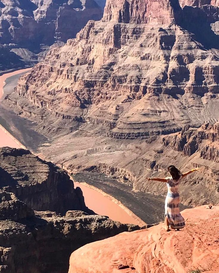 O Grand Canyon é um desfiladeiro íngreme esculpido pelo rio Colorado no estado do Arizona nos Estados Unidos. Tem mais de 440 km e faz parte do Parque Nacional do Grand Canyon. O @cm.viagens compartilhou essa incrível vista panorâmicas  Já tá na sua lista de viagem?  #blogmochilando #EUA #arizona #grandcanyon #desfiladeiro #visual #dicasdeviagem
