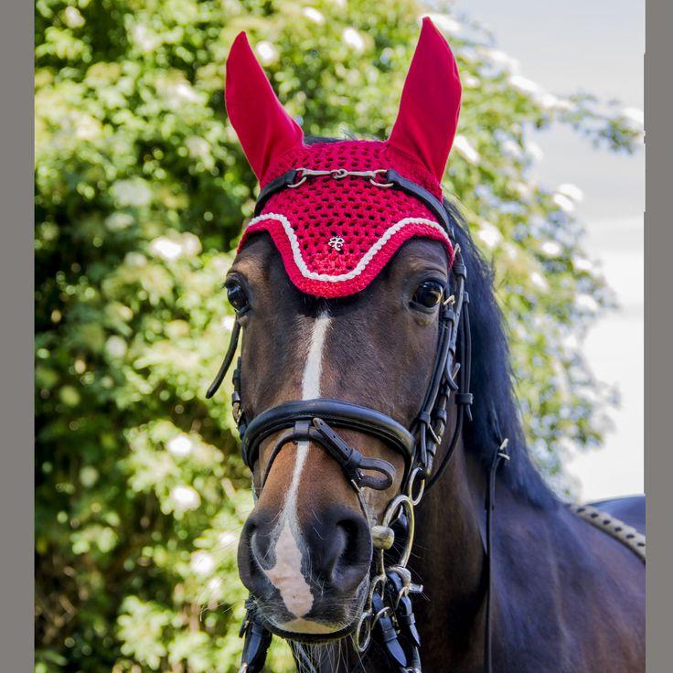 Fel rood oornetje, paard vliegenmuts rood, rode  vliegenmuts, wit met rood, pony oornetje, vliegenmuts, handgemaakt fly bonnet, dressuurmode door Lietjesmarket op Etsy, flybonnet horse, pony flyveil, earbonnet in red, bright red ear bonnet, horse fashion, dressage horse