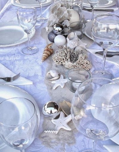 A beachy Holiday table with sand, shore finds and DIY ornaments.