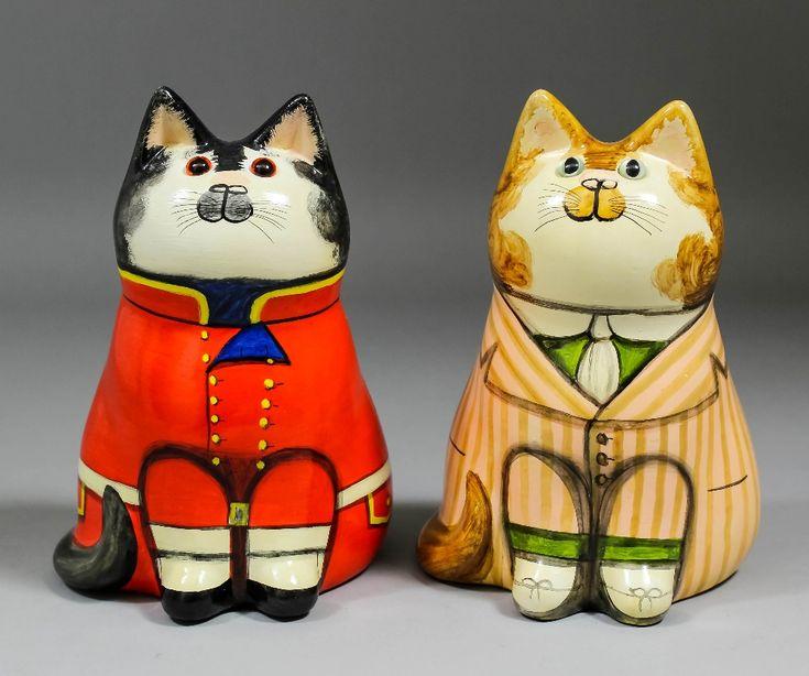 Auktionslos 768 - Джоан и Дэвид Де Бетел (из Rye, Сассекс) - Два гончарные котам - один носить красный военную форму, 7ins высокие (от 1990 и номером 2721), а другой носить полосатый пиджак, 6.75ins высокий (датированный 1988 и нумерованных 1785), оба подписали