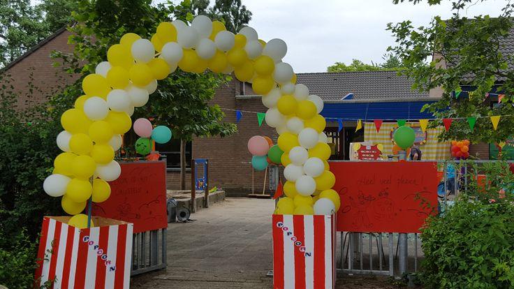 Circusfeest op OBS de Weesboom in Amersfoort. Balonnenboog gemaakt door Laura en Mirjam.