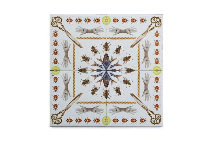 This ceramic tile scissors is a very original, modern and decorative ceramic tile. It is 100% handmade and the design is crazy! This is a perfect decorative kitchen wall tile and an original and contemporary gift.