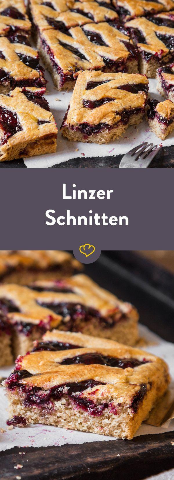 Magst du Linzer lieber rund oder eckig? Egal wie - die Kombination aus würzig, nussigem Teig und herrlich süßer Marmelade ist und bleibt ein Gedicht.