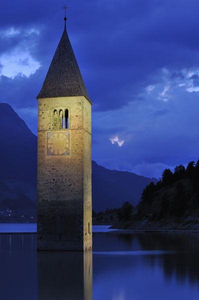 Church tower at night in Lago di Resia at Curon Venosta / Graun, Dolomites…