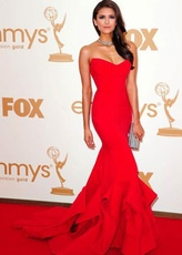 Sirena de Nina Dobrev Strapless rojo trompeta vestido de premios Emmy de barrido