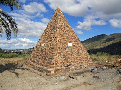 Graaff-Reinet : Union Monument - It is on the top of Magazine Hill. The monument is a big stone pyramid and commemorates the union of the four provinces of South Africa in 1910. Each side of the pyramid displays a name of a province: Cape Colony, Orange Free State, Transvaal and Natal.