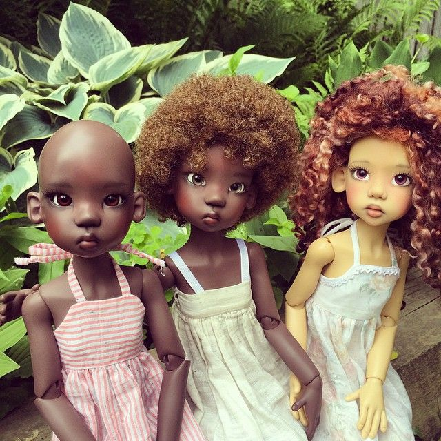 """Nala and Lana in their grandma's garden again, this time with Wasaya, their friend from down the street. Dolls by Kaye Wiggs, dresses by @decifashion and mom. The two dresses on the ends are made from a free pattern,""""Robe Soleil"""", by MHD designs. #dolls #kayewiggs #naturalhair #afro #garden #hostas #balljointeddoll"""