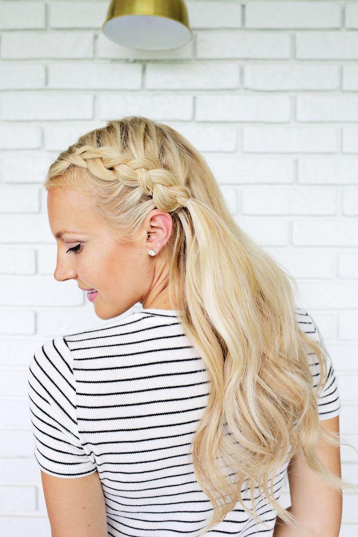 Halboffene Frisur mit seitlichem Zopf, lange blonde Haare, gestreiftes Top, rosa... - #Anleitung #Blonde #Brille #Einfach #Feines