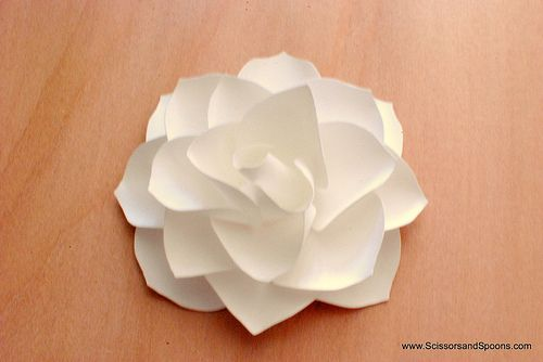 Flor de papel - Passo a passo: Flower Making, Papercraft, Craft Paper Fabric Flowers, Diy Paper Magnolias, Pretty Paper, Paper Flowers, Flower Tutorial, Paper Crafts, Craft Ideas