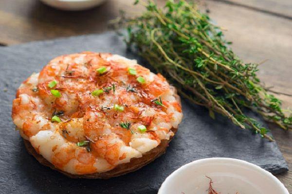 Мини-пицца с креветками   Когда откусываете кусочек, креветки буквально лопаются отдавая вам нежнейшее мясо между двух хрустящих слоёв, дальше чувствуете остроту, а затем и пряность трав