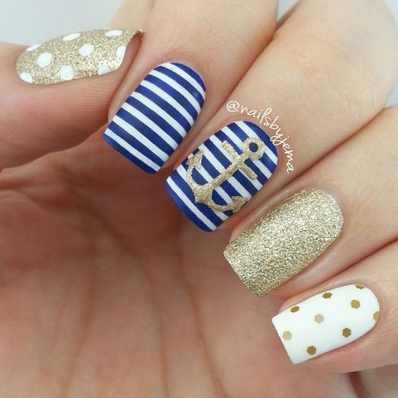 diseño de uñas- blue with white, white lines with golden glow points, anchor with golden glow, gold with blancos.ideal points to the beach