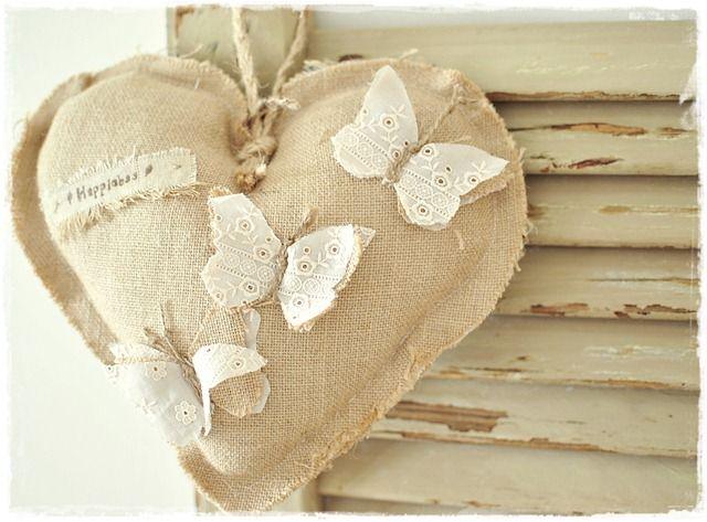 Magnifique cœur en lin avec des papillons découpés dans une dentelle.