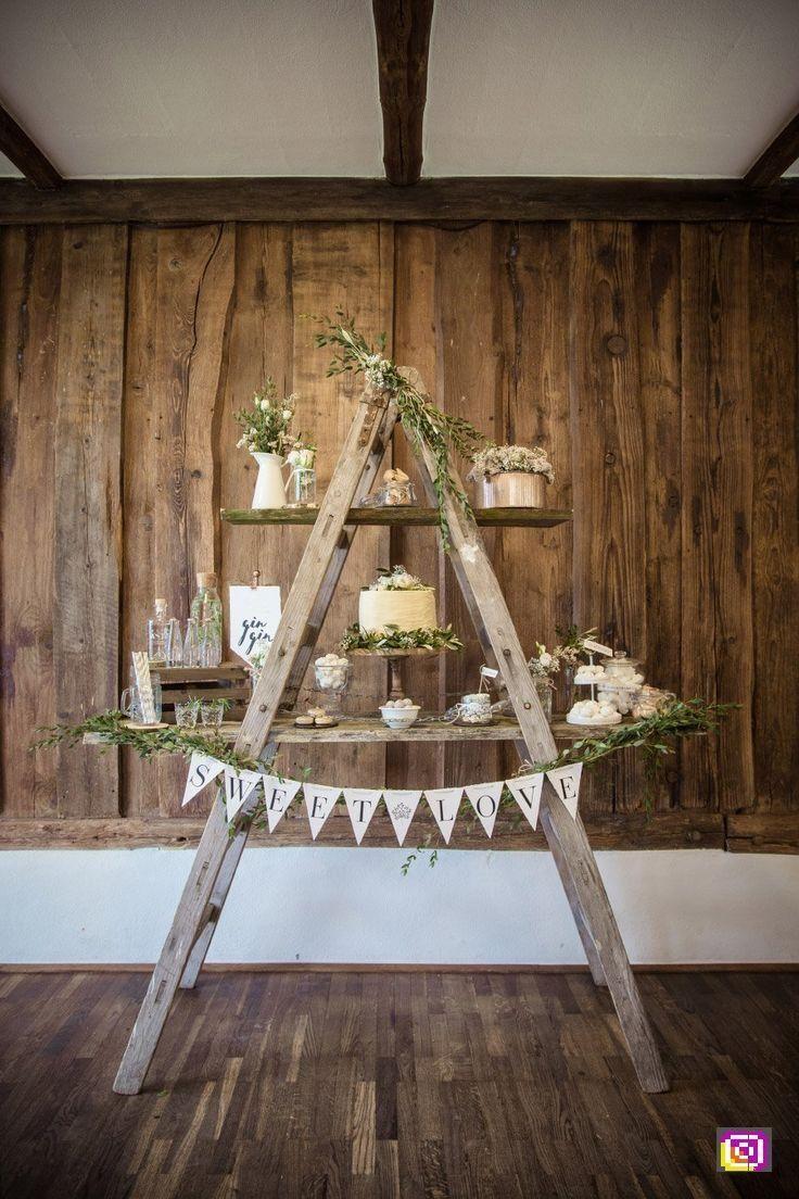 Lehnen Sie einfach zwei Holzleitern aneinander und verwenden Sie ein paar Bretter, um eine rustikale …   – wedding Photo