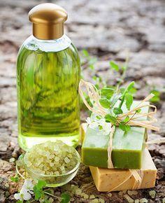 Na gezichtsmasker maken van banaan of yoghurt en haarmaskers van havermout of fruit, gaan we vandaag zelf shampoo maken. Voor gezonde glanzende lokken!