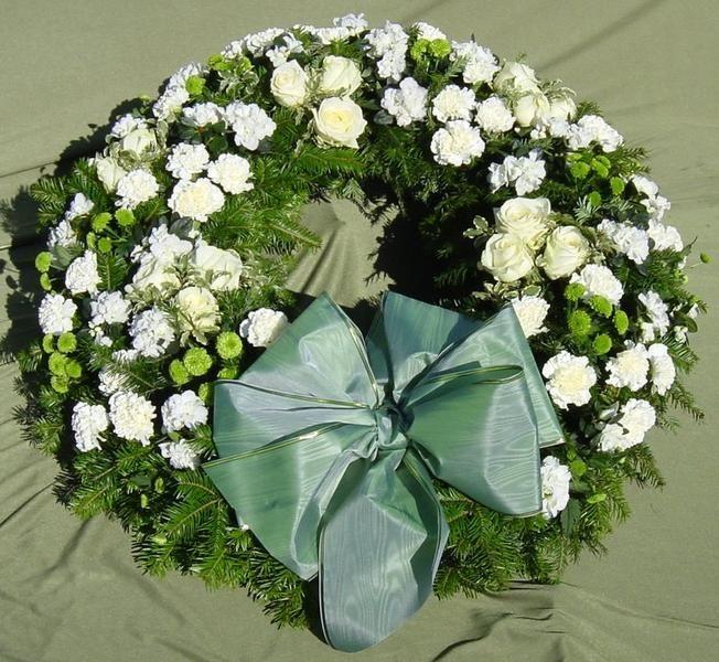Veniec GOT54FT  Veniec zo živých kvetov mix  ......... Veľkosť a farba voliteľné , druh kvetov tiež podla vašich požiadaviek môžeme dohodnúť.   Doporučujeme upresniť po telefóne... 0904947494 ... Doručiteľné v Bratislave a okolí ... doručenie Zadarmo do 35 km od BA  #smútočný #veniec #wreath #funeral #okrúhly #živý #white #roses #biele #ruže